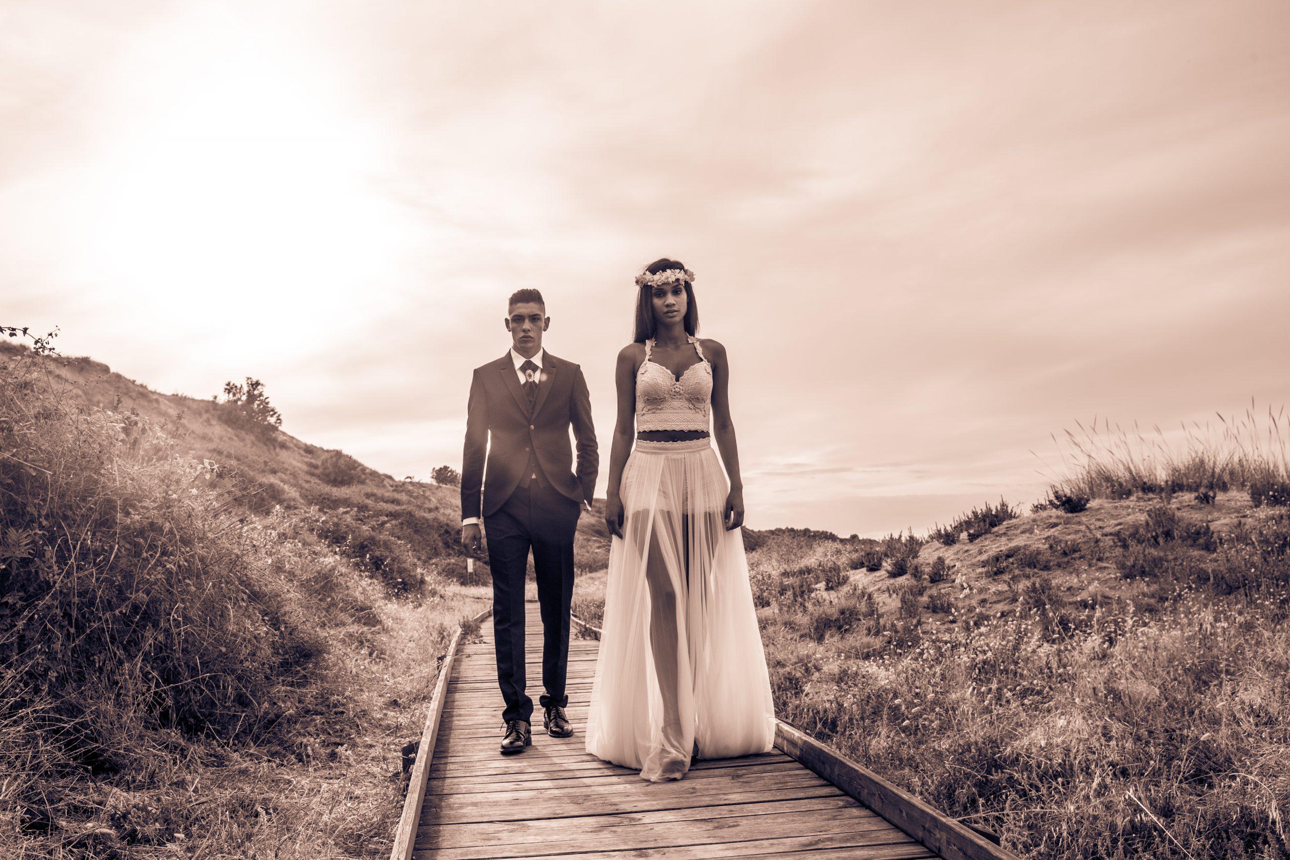 Hochzeitsmode zwei Models am Strand